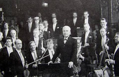 ライナー・キュッヒル氏07 1987年ニューイヤーコンサート指揮カラヤン(左手前).jpg