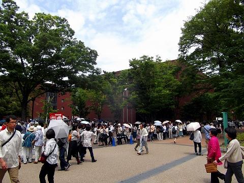 s-『若冲展』 朝11時、美術館を取り囲む長蛇の列.jpg
