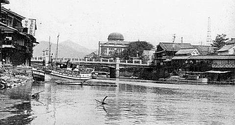 s-元安橋 1930年ごろ 下流から現原爆ドームを見る.jpg