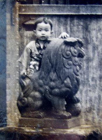 s-近所の神社で狛犬に乗って 1953年頃.jpg